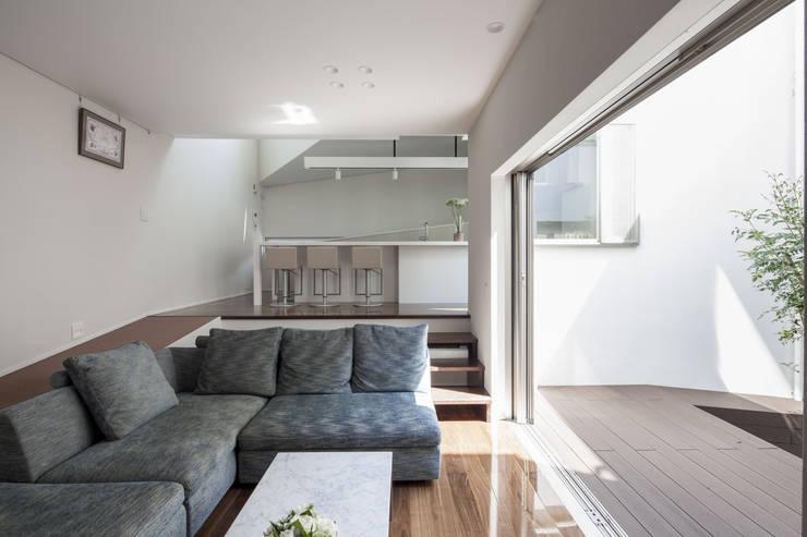 Living room by 前田敦計画工房