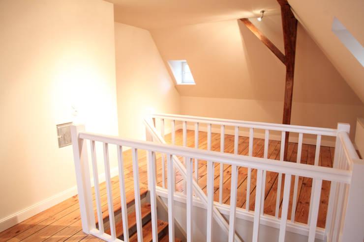 Treppenaufstieg Dachgeschoss:  Dach von Neugebauer Architekten BDA