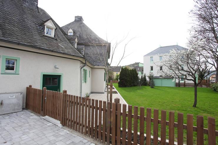 Gartenbereich mit Blick auf den Neubau:  Häuser von Neugebauer Architekten BDA