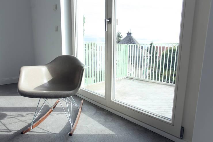 Wohnzimmer mit Balkon:  Wohnzimmer von Neugebauer Architekten BDA