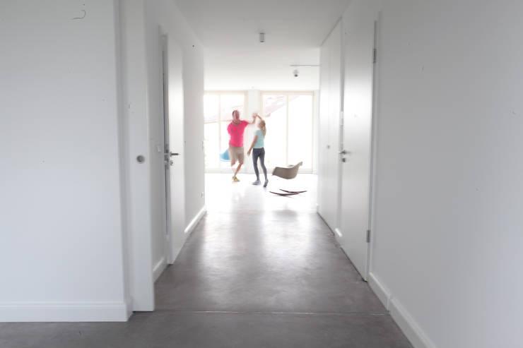 Blick in den loftartigen Wohn-Ess Bereich:  Wohnzimmer von Neugebauer Architekten BDA