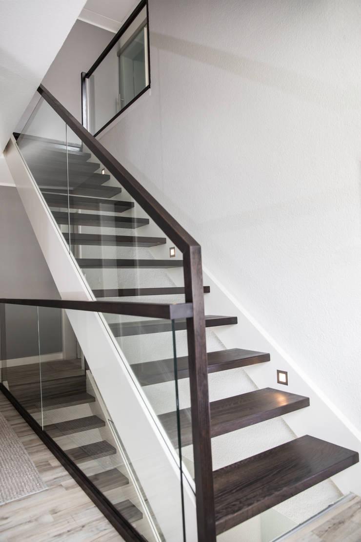 gerade treppe mit glasgel nder von holzmanufaktur ballert e k homify. Black Bedroom Furniture Sets. Home Design Ideas