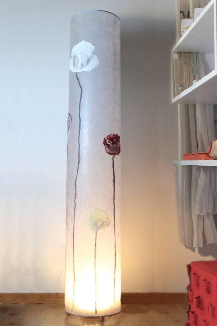 Lampada da terra Blossom: Soggiorno in stile  di Elena Kihlman