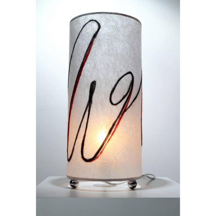 Lampada da tavolo 258: Soggiorno in stile  di Elena Kihlman