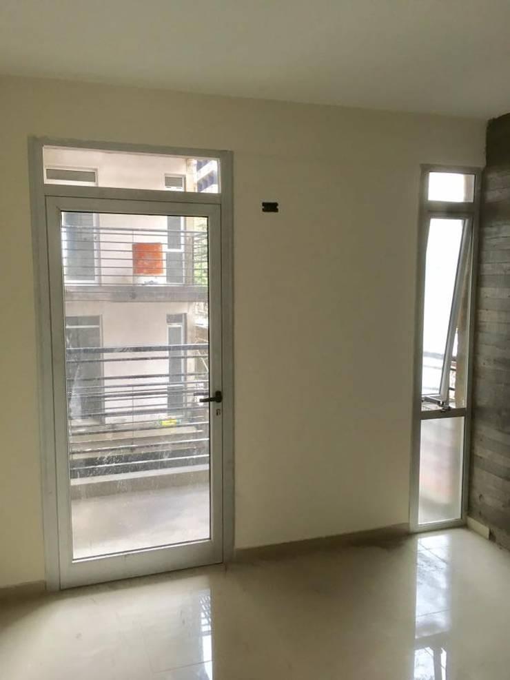 Edificio Marcos Paz 151: Ventanas y puertas de estilo  por Abertuc,