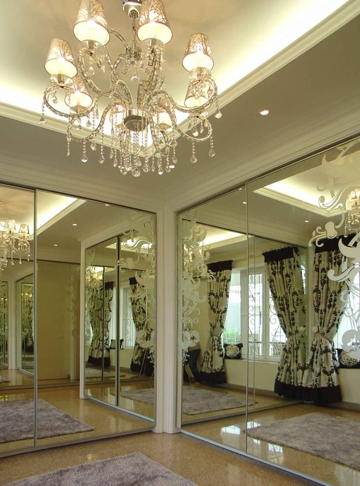 Walk in closet area:  Ruang Ganti by Kottagaris interior design consultant