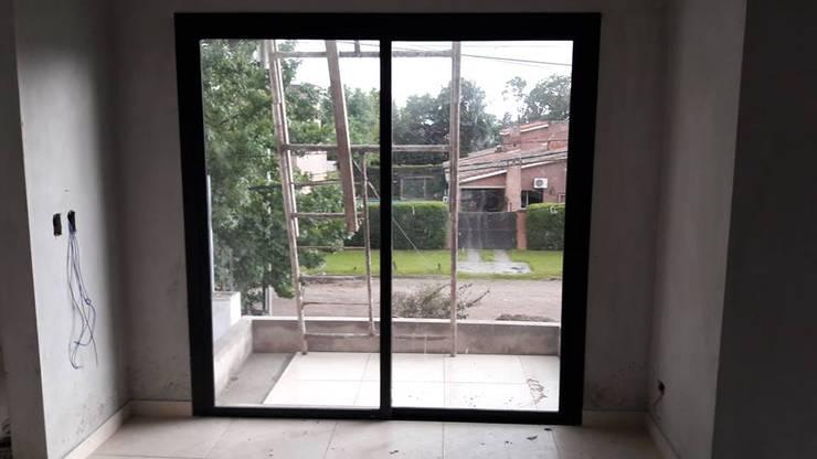 Casa Yerba Buena – RN: Ventanas y puertas de estilo  por Abertuc