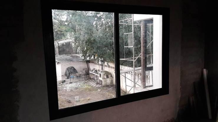 Casa Yerba Buena – RN: Ventanas y puertas de estilo  por Abertuc,