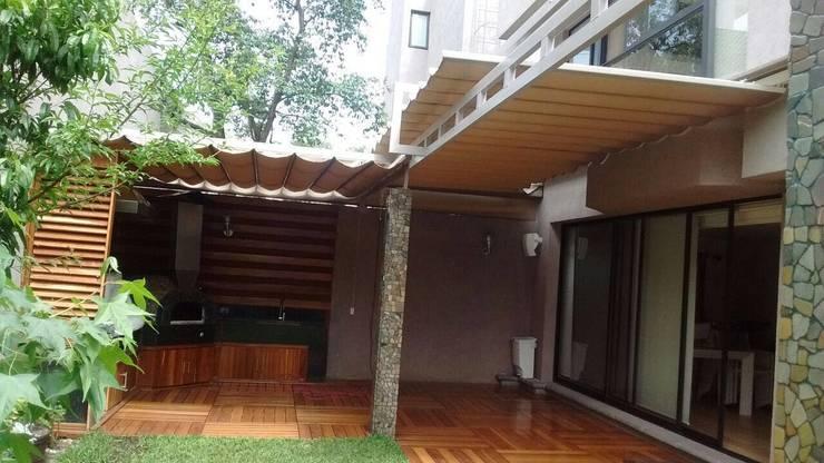Toldo plegable en CDMX, un cambio radical.: Casas de estilo  por Materia Viva S.A. de C.V.
