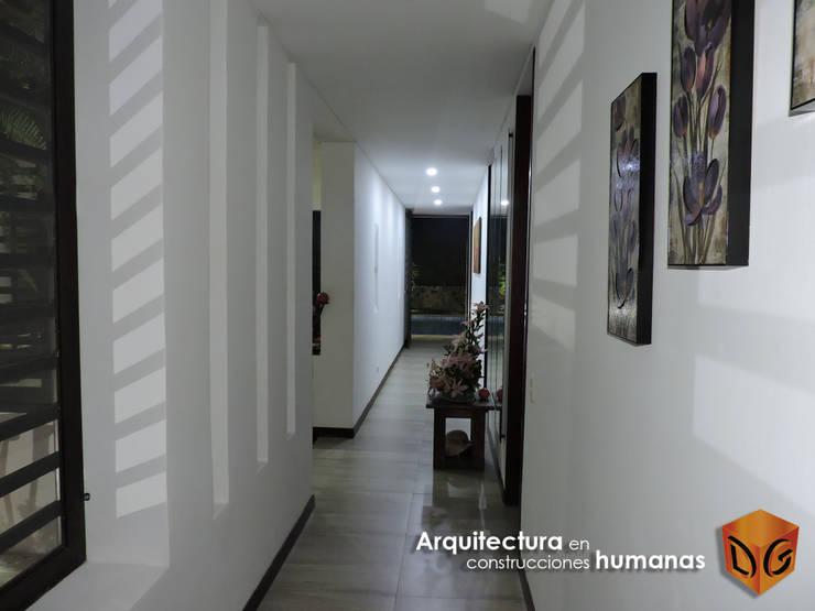 ESPACIOS INTERIORES: Pasillos y vestíbulos de estilo  por DG ARQUITECTURA COLOMBIA