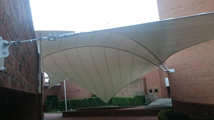 Velaria en Universidad: Terrazas de estilo  por Materia Viva S.A. de C.V.