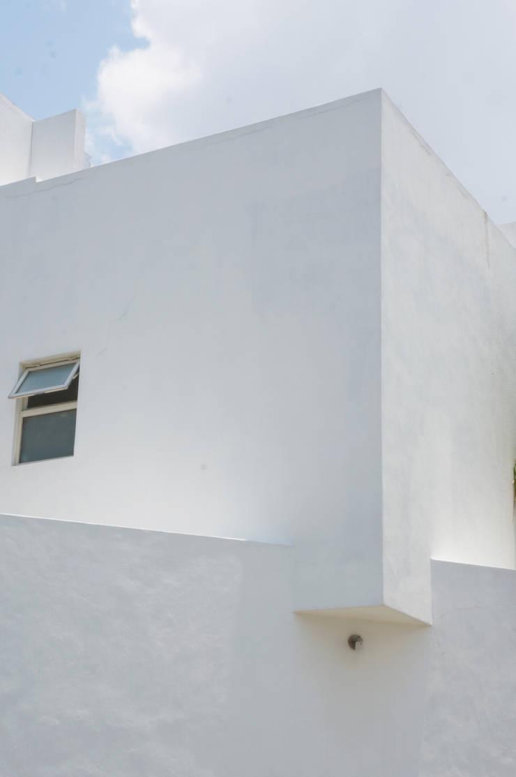 PROYECTO CASA VIOLETAS: Casas de estilo  por CÉRVOL