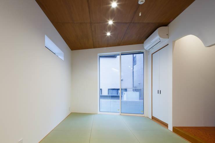 H・h(渡り廊下のある家): Studio REI 一級建築士事務所が手掛けた和室です。