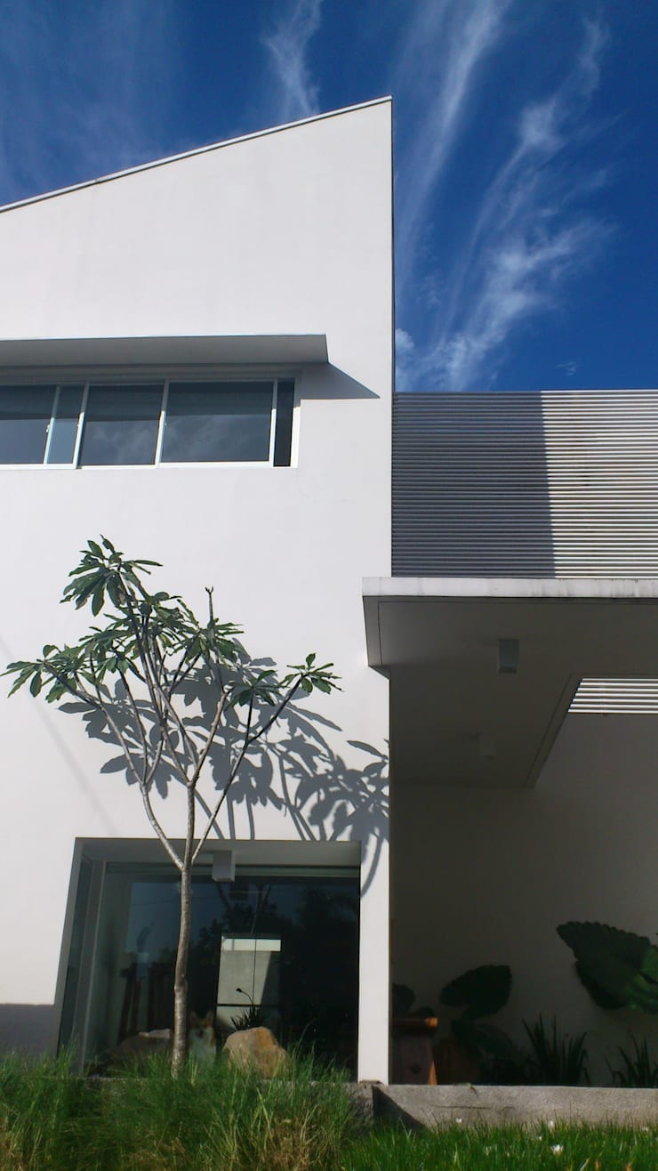 b66 house:  Rumah by e.Re studio architects