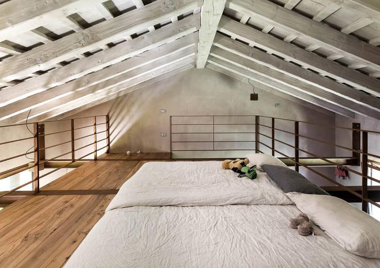 Phòng ngủ by zanon architetti associati