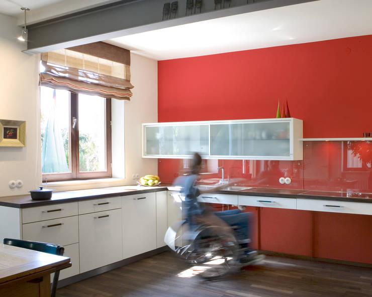 Barrierefreie Küche:  Einbauküche von Monika Schäfers Innenarchitektur