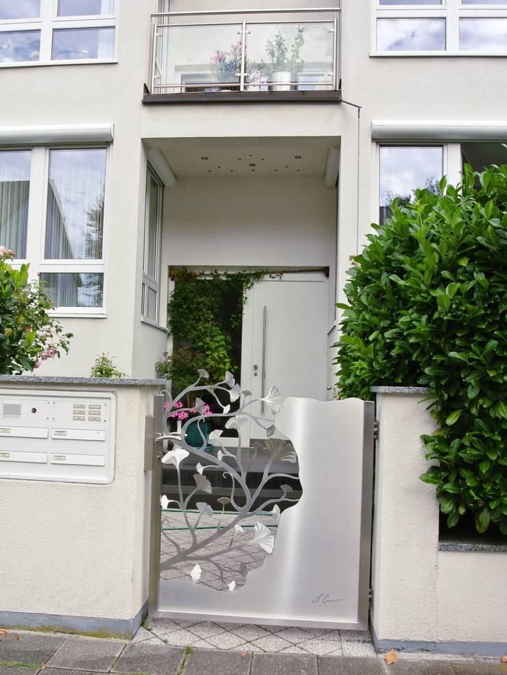 Edelstahl Ginkgotor:  Zen garten von Edelstahl Atelier Crouse - individuelle Gartentore