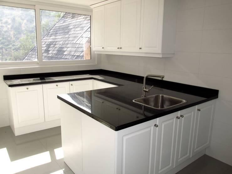 Muebles de logia. Lacado blanco con cubierta de granito negro absoluto.: Cocina de estilo  por ABS Diseños & Muebles