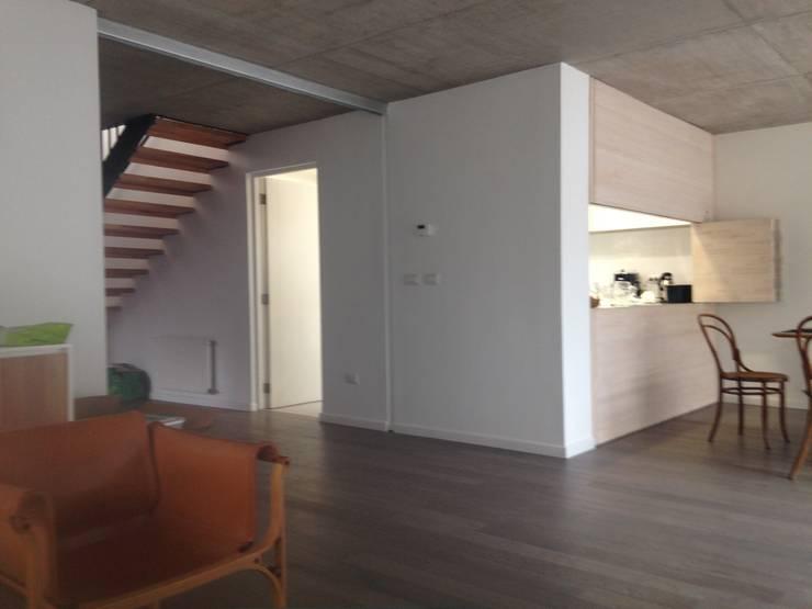 CASA BARTOLOME SHARP: Livings de estilo  por [ER+] Arquitectura y Construcción