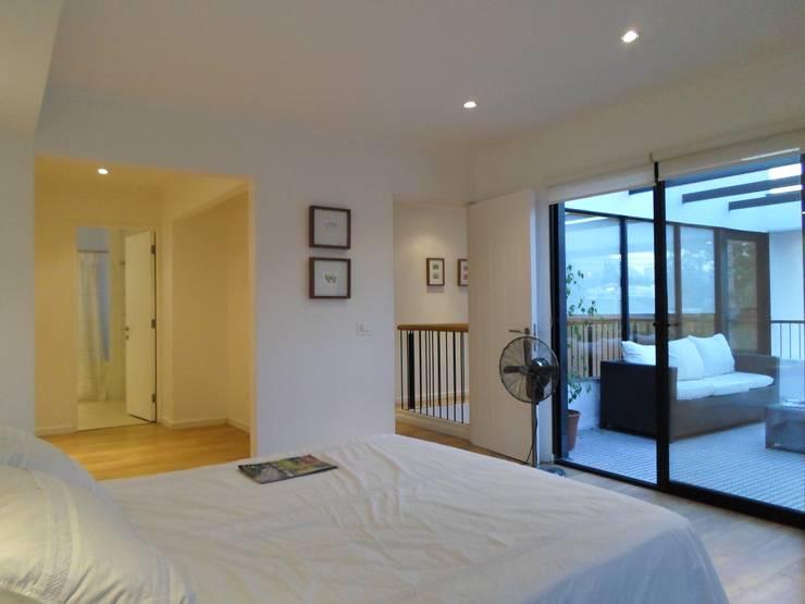 CASA BELLO HORIZONTE: Dormitorios de estilo  por [ER+] Arquitectura y Construcción