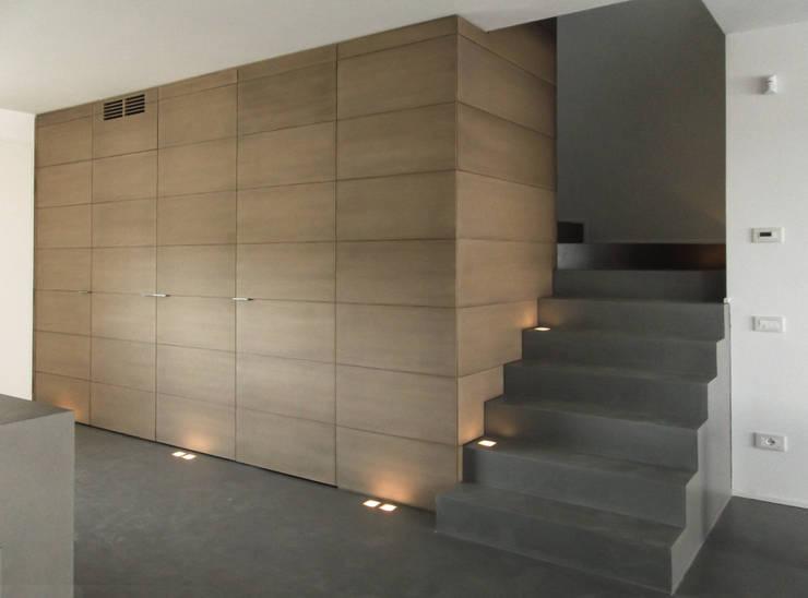 Pasillos y vestíbulos de estilo  por Moro Progetti