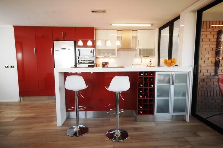 Cocina enchape laminado rojo cubierta Silestone blanco.: Cocina de estilo  por ABS Diseños & Muebles