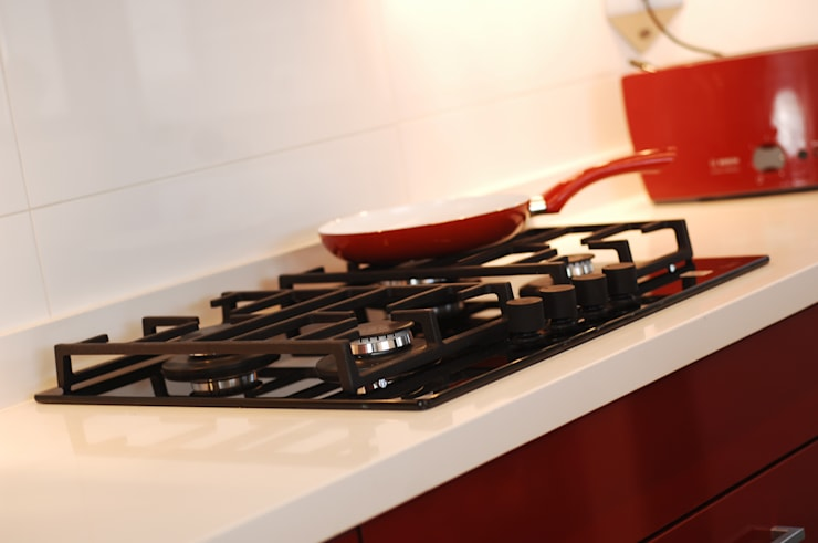 Encimera Teka cubierta Silestone blanco: Cocina de estilo  por ABS Diseños & Muebles