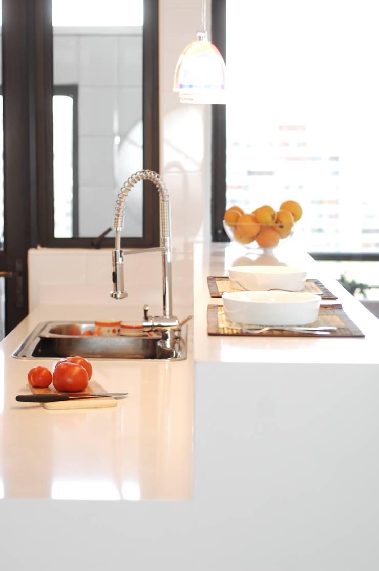 Península Silestone blanco : Cocina de estilo  por ABS Diseños & Muebles