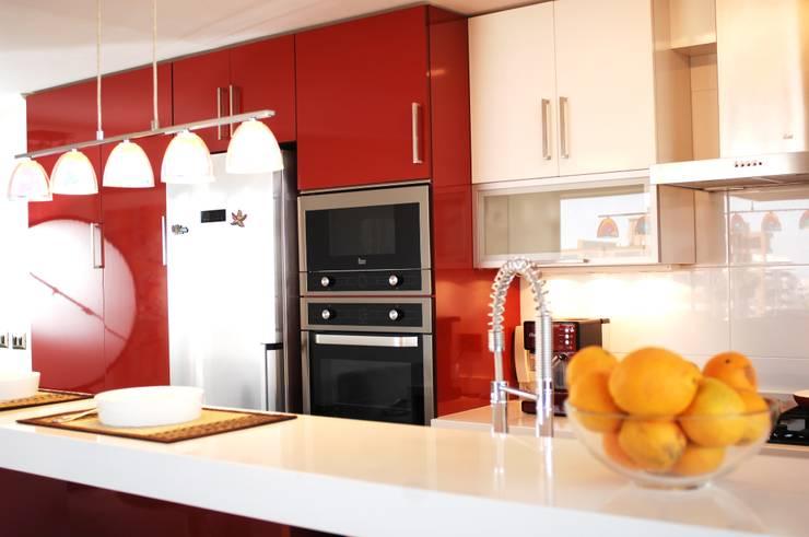 Muebles cocina rojo y blanco. Artefactos Teka.: Cocina de estilo  por ABS Diseños & Muebles