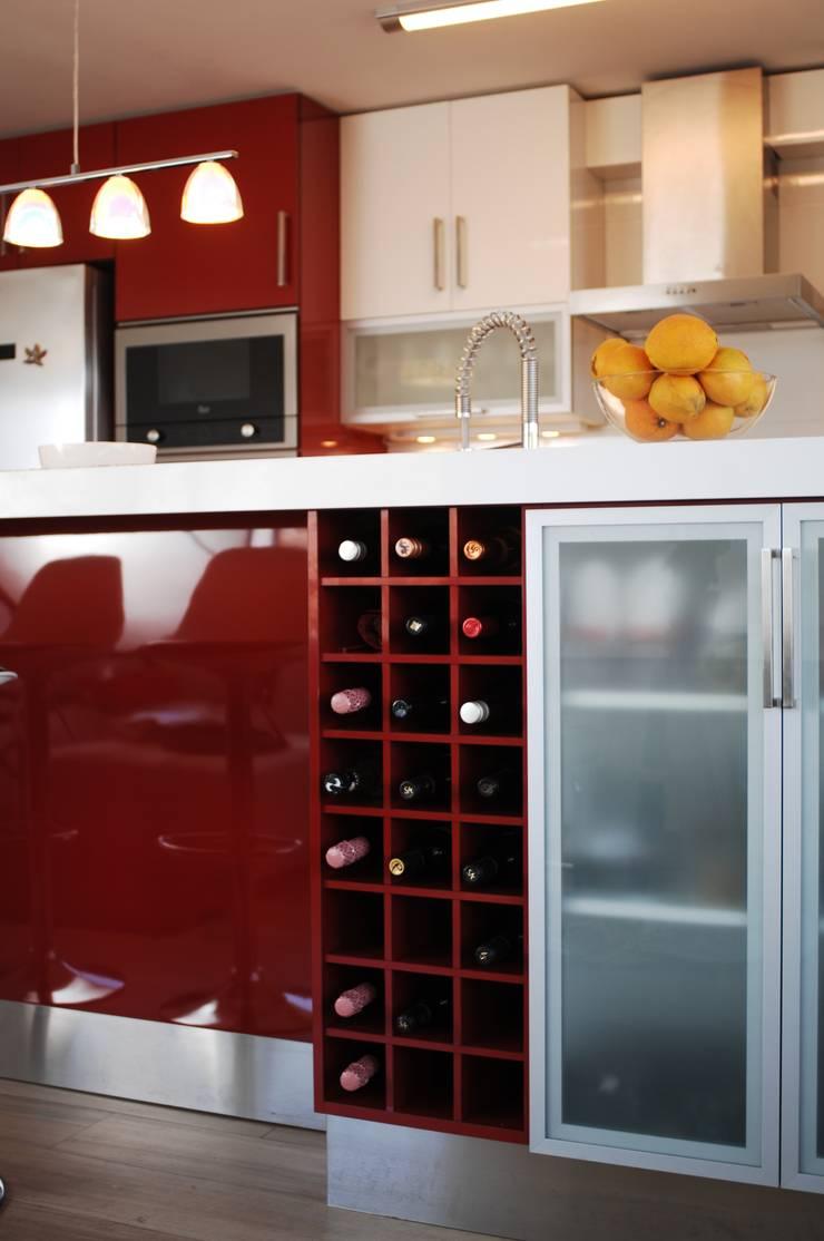 Mueble botellero para isla cocina laminado rojo.: Cocina de estilo  por ABS Diseños & Muebles