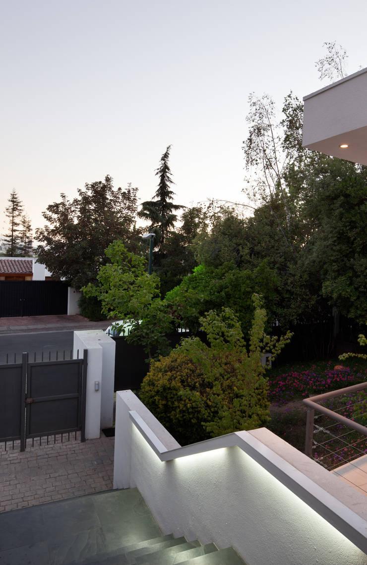 Ampliación y Remodelación de Casa Carreño en Vitacura, Santiago: Pasillos y hall de entrada de estilo  por [ER+] Arquitectura y Construcción