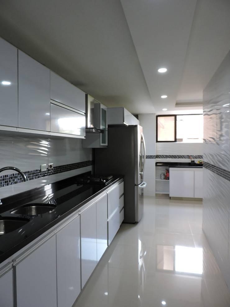Espacio para el buen gusto: Cocinas integrales de estilo  por ibercons Arquitectura+Diseño
