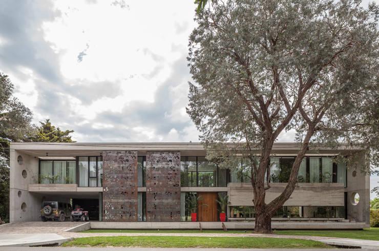 Casa HK: Chalets de estilo  por Ciudad y Arquitectura,Minimalista Hormigón
