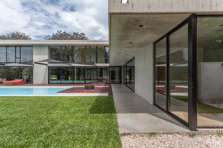 Casa HK: Jardines en la fachada de estilo  por Ciudad y Arquitectura,Minimalista