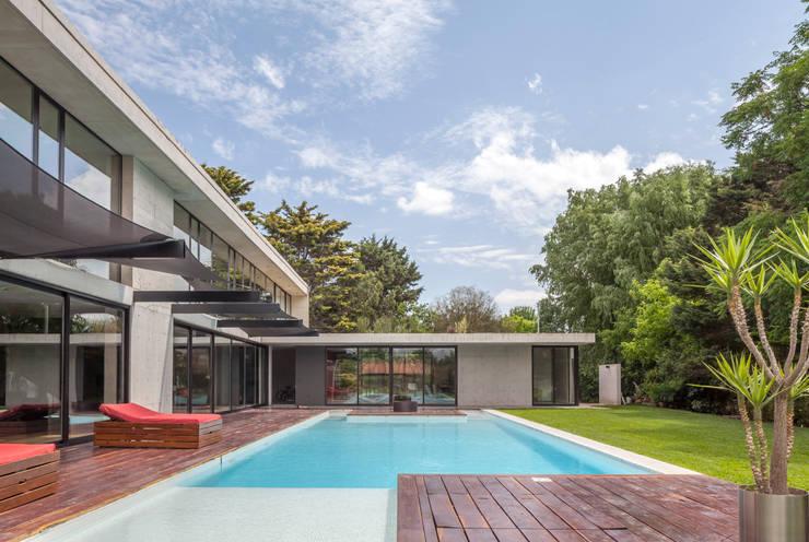 Casa HK: Piletas de jardín de estilo  por Ciudad y Arquitectura,Minimalista