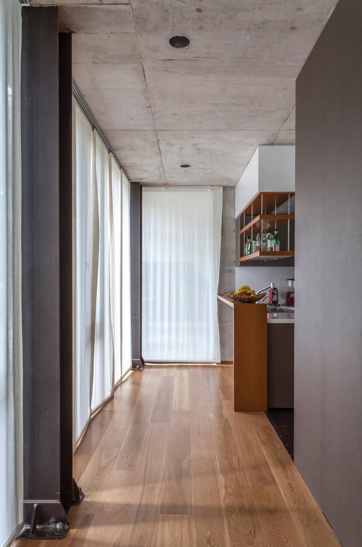 Casa HK: Pasillos y recibidores de estilo  por Ciudad y Arquitectura,Minimalista