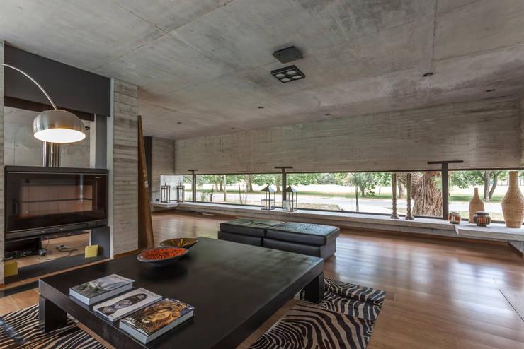 Casa HK: Livings de estilo minimalista por Ciudad y Arquitectura