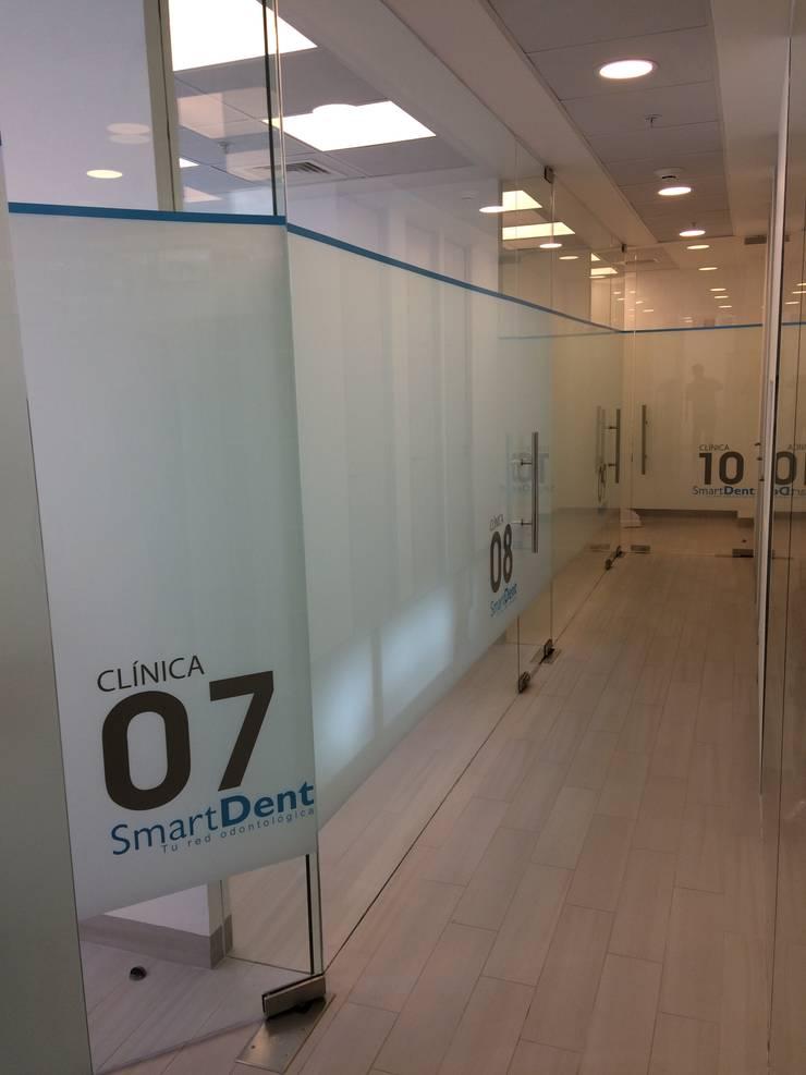 CLINICA DENTAL SMARTDENT APOQUINDO: Clínicas / Consultorios Médicos de estilo  por [ER+] Arquitectura y Construcción