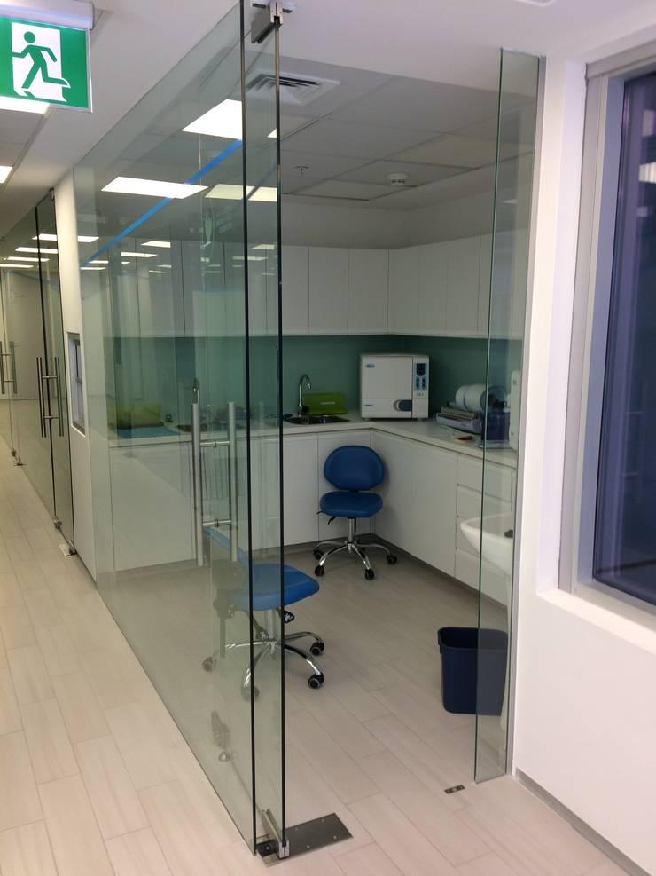 CLINICA DENTAL SMARTDENT ALAMEDA: Clínicas / Consultorios Médicos de estilo  por [ER+] Arquitectura y Construcción