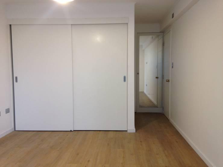 REMODELACION DEPTO PEÑA Y LILLO: Dormitorios de estilo  por [ER+] Arquitectura y Construcción