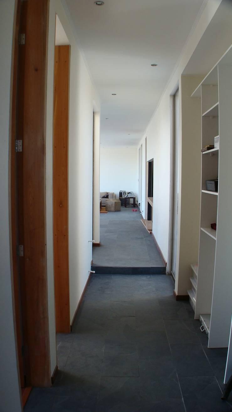 CASA FUENZALIDA: Pasillos y hall de entrada de estilo  por [ER+] Arquitectura y Construcción