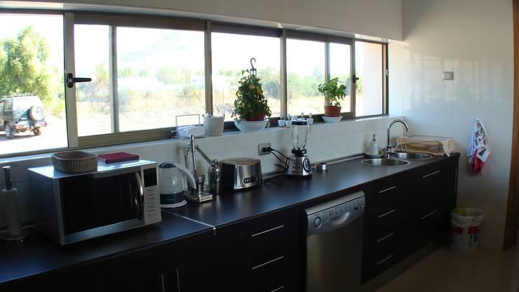 CASA FUENZALIDA: Cocinas de estilo  por [ER+] Arquitectura y Construcción