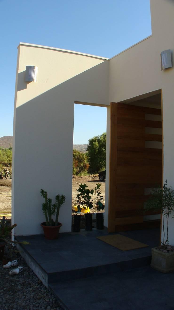 CASA FUENZALIDA: Puertas de estilo  por [ER+] Arquitectura y Construcción