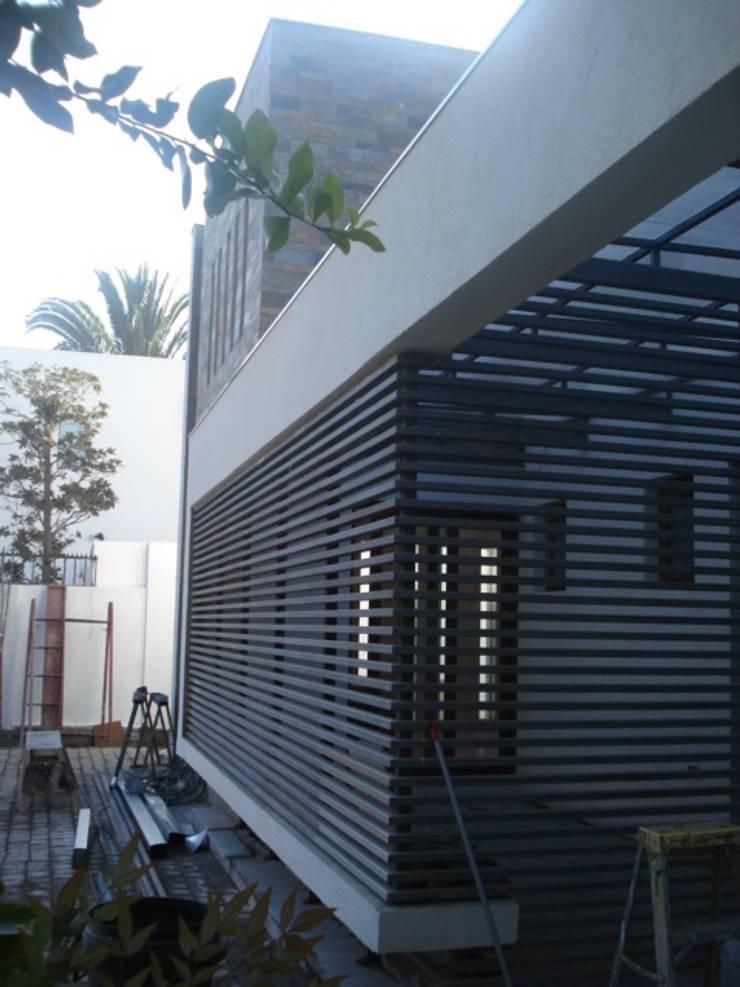 CASA GARRI: Casas de estilo  por [ER+] Arquitectura y Construcción