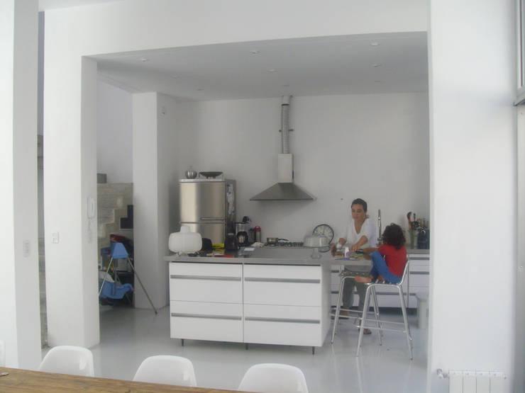 Mesada isla cocina: Cocinas de estilo  por NG Estudio,