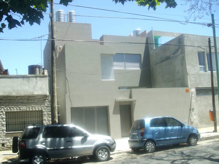 Fachada casa urbana: Bodegas de estilo  por NG Estudio,