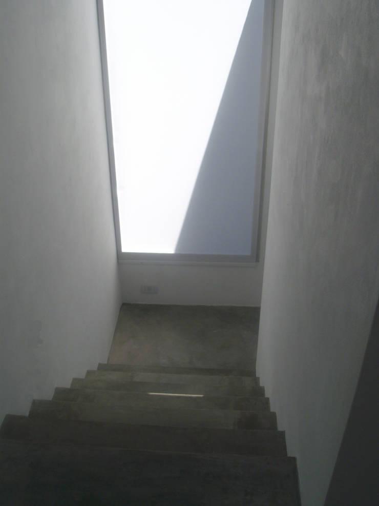 Escalera. ventanas de luz.: Pasillos y recibidores de estilo  por NG Estudio,