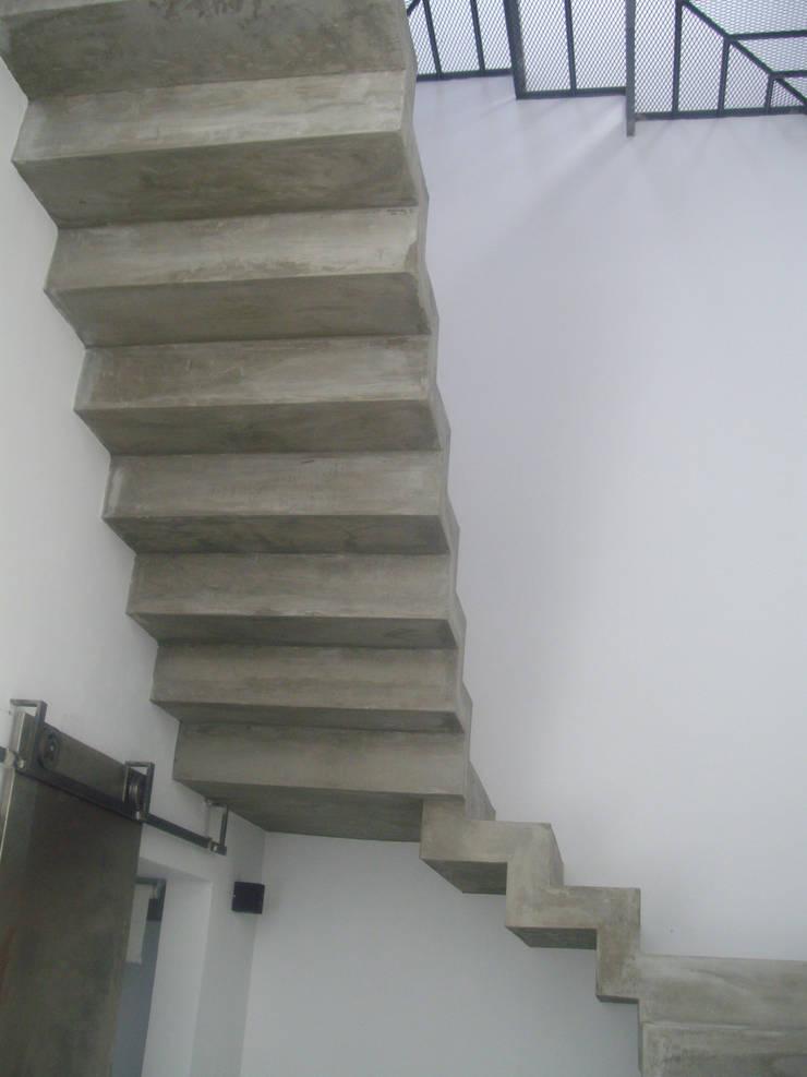 Escalera de hormigón visto: Pasillos y recibidores de estilo  por NG Estudio,