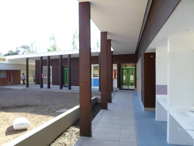 """ESCUELA ESPECIAL INTEGRAL """"ANGELITOS VERDES II"""": Escuelas de estilo  por [ER+] Arquitectura y Construcción"""