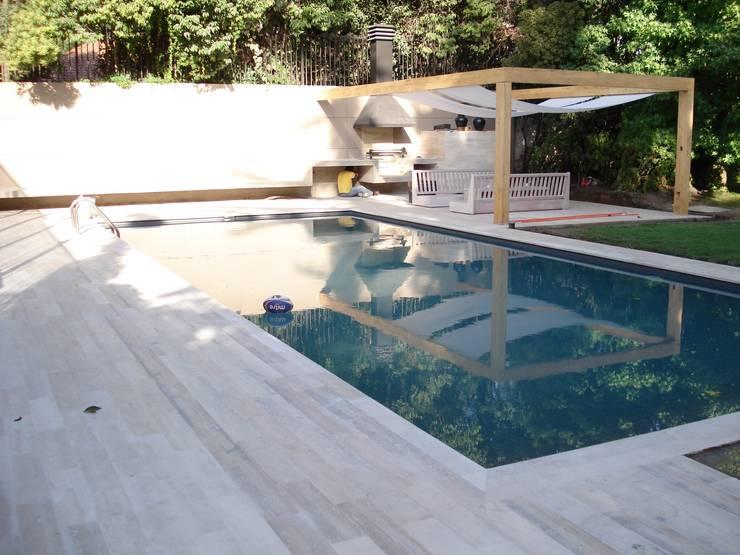 PISCINA CASA VARELA: Piscinas de jardín de estilo  por [ER+] Arquitectura y Construcción